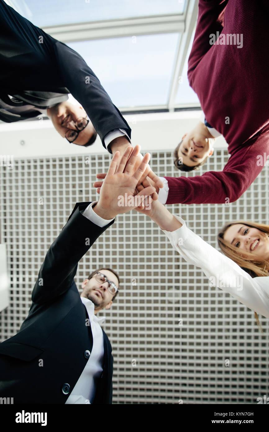 Trabajo en equipo unir nuestras manos soporte juntos concepto. El trabajo en equipo. Imagen De Stock