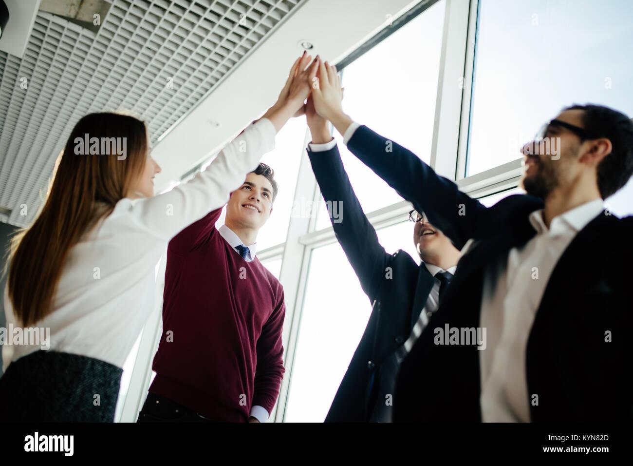 La gente de negocios feliz saludo en oficina moderna Imagen De Stock
