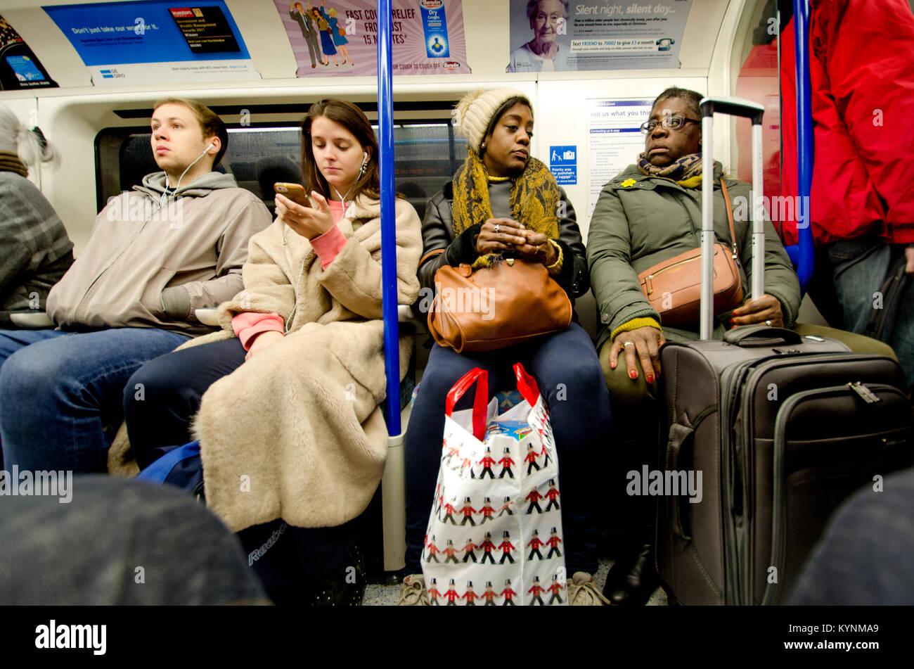 Londres, Inglaterra, Reino Unido. La gente en un tren de metro Imagen De Stock