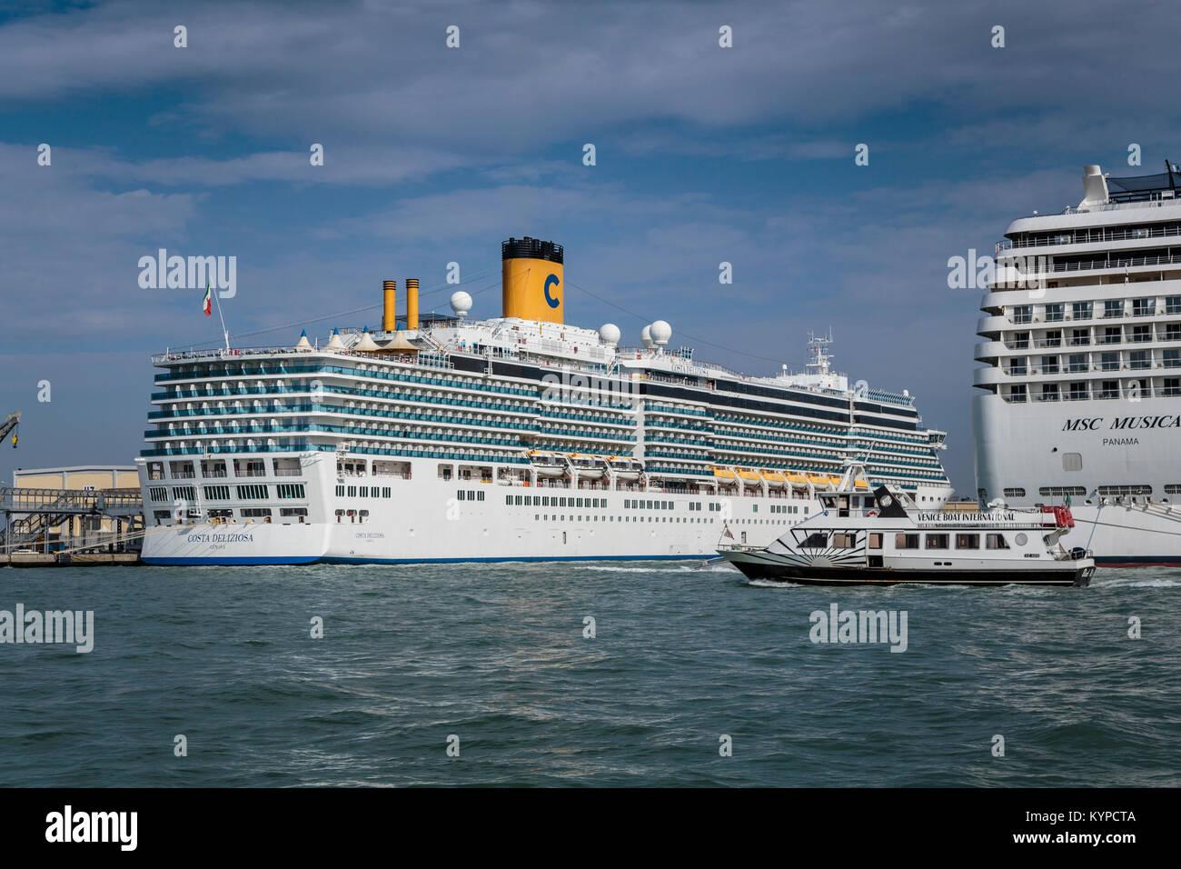 Los barcos atracados en el puerto de cruceros en el Veneto, Venecia, Italia, Europa. Imagen De Stock