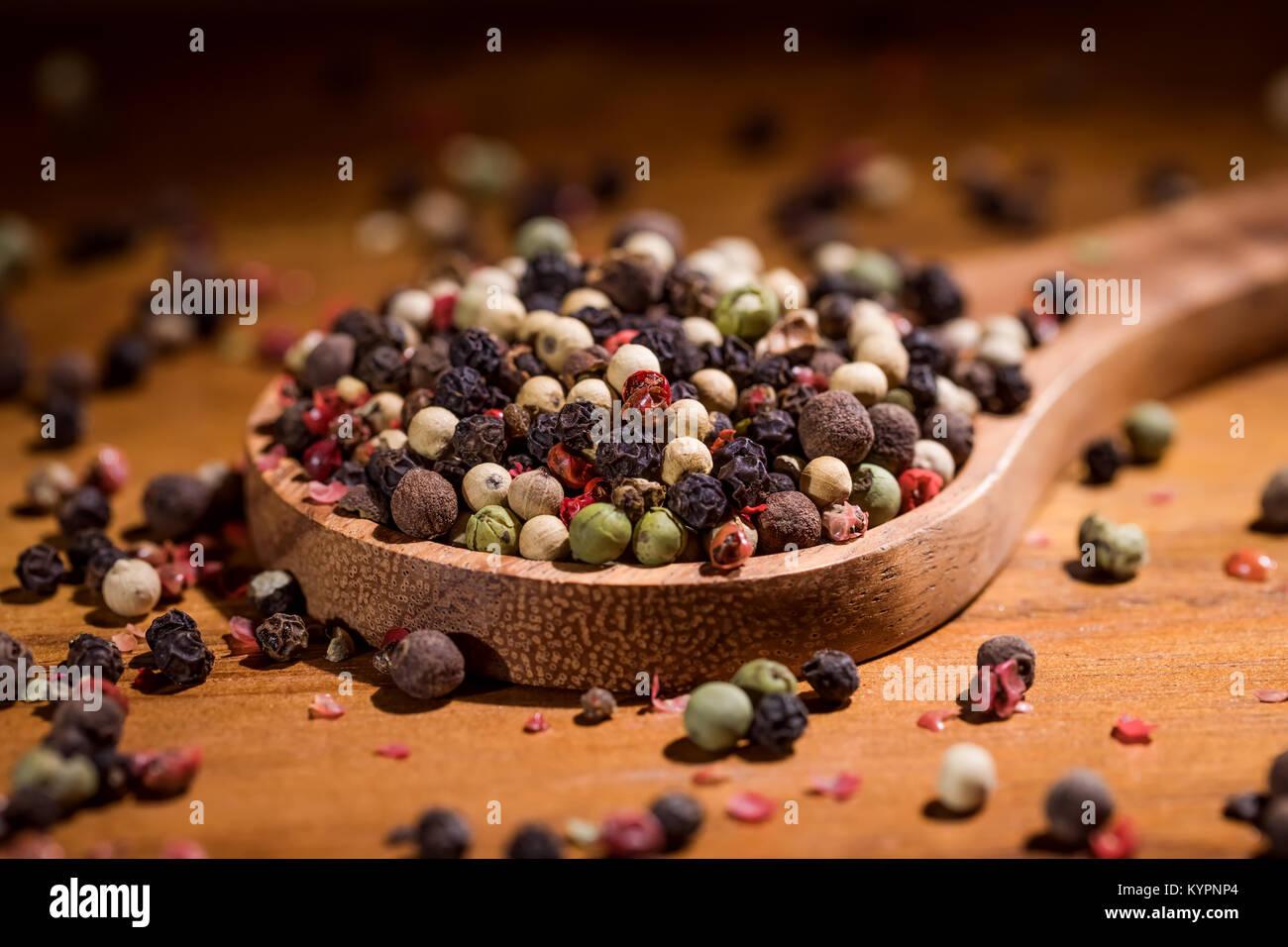 Mezcla los granos de pimienta. Mezcla seca pimienta cerrar Imagen De Stock