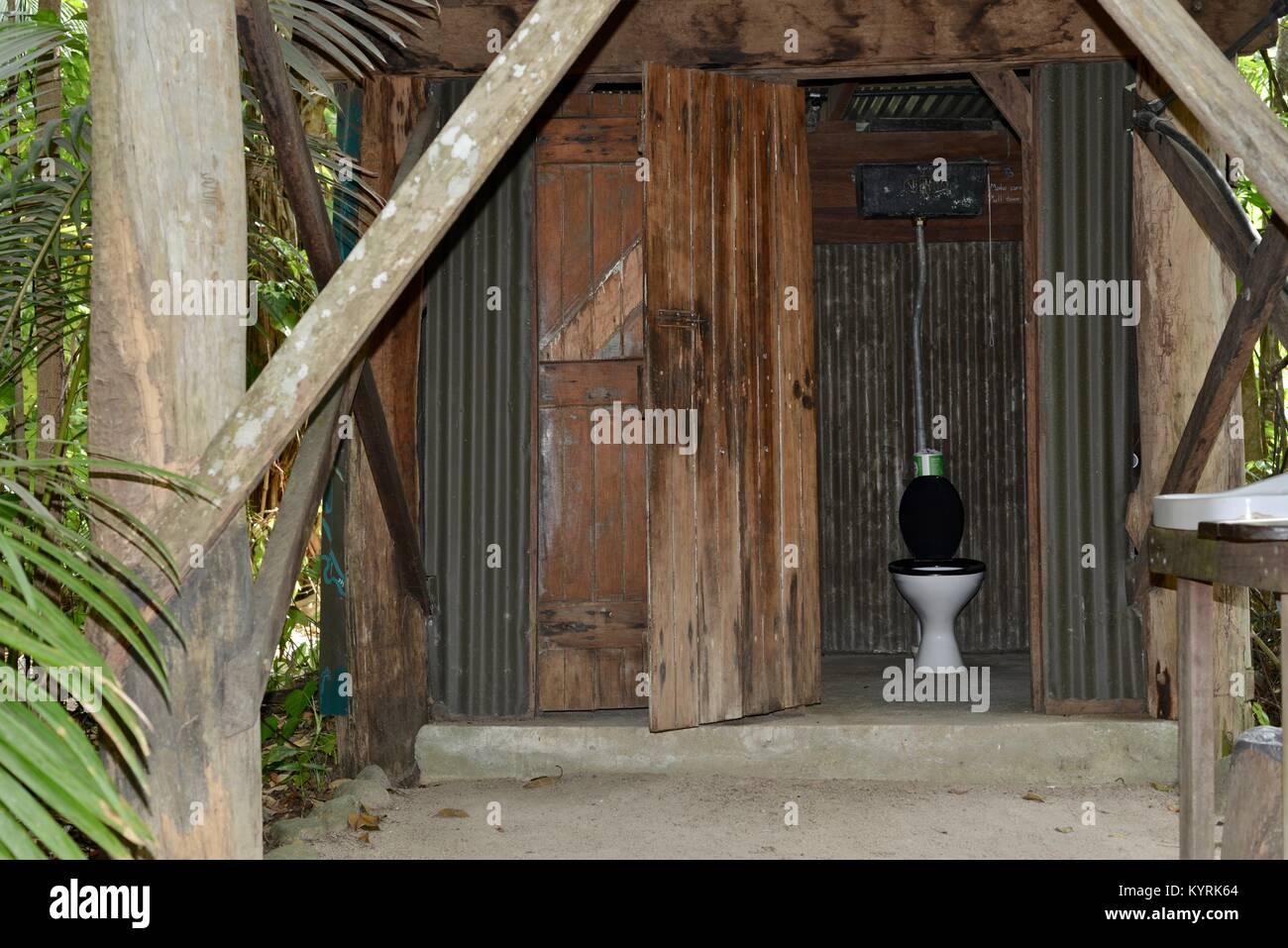 Wc o outback dunny en un edificio de madera de estilo antiguo en un ...