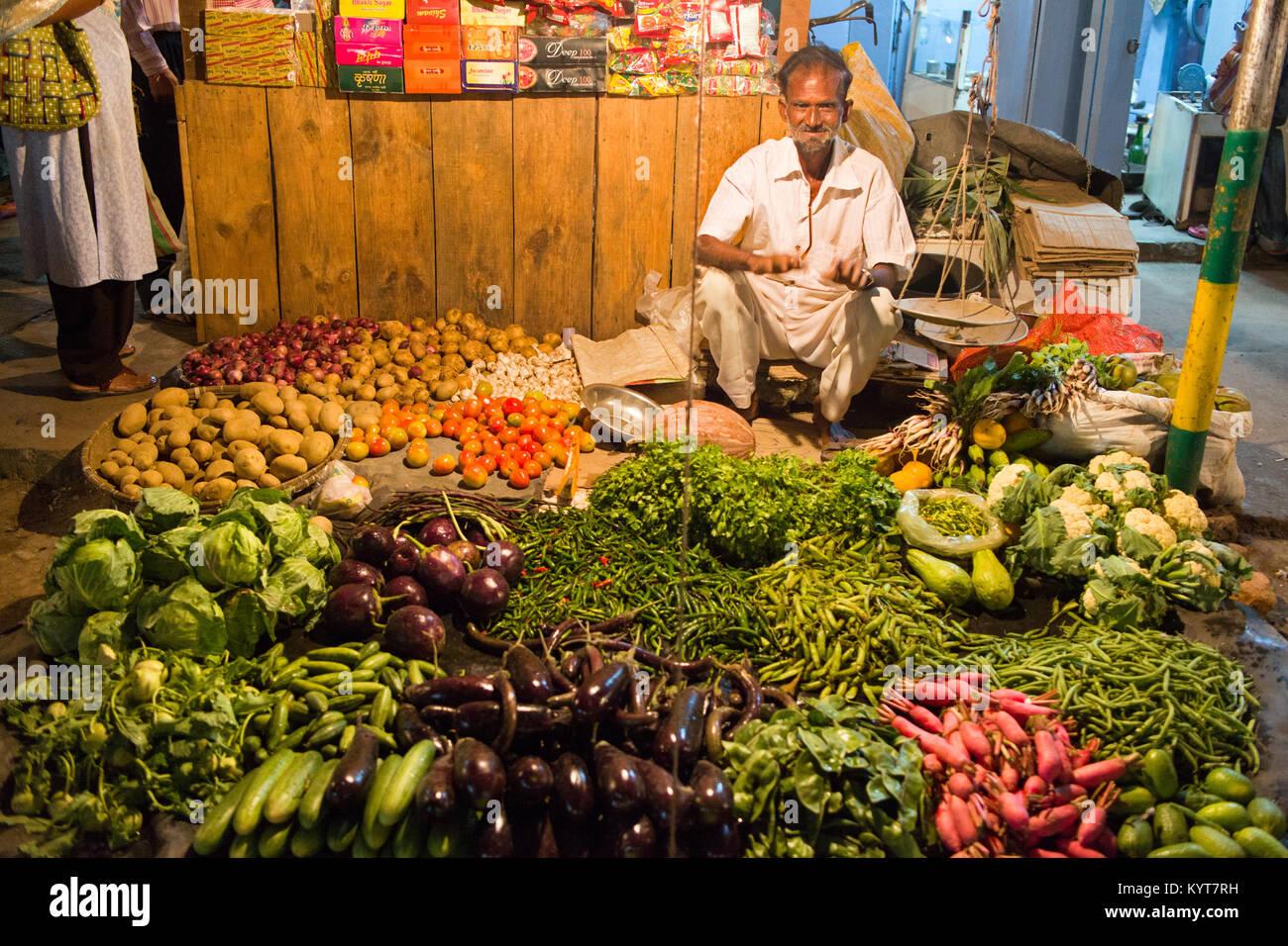 Un proveedor es la venta de hortalizas y especias en el mercado nocturno de Tezpur en Arunachal Pradesh Foto de stock