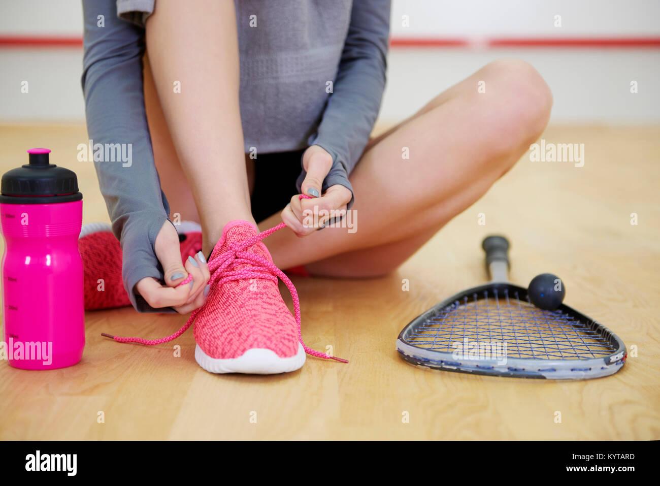 Irreconocible mujer calzado deportivo atado en la corte Imagen De Stock ce53a0c7ccf8