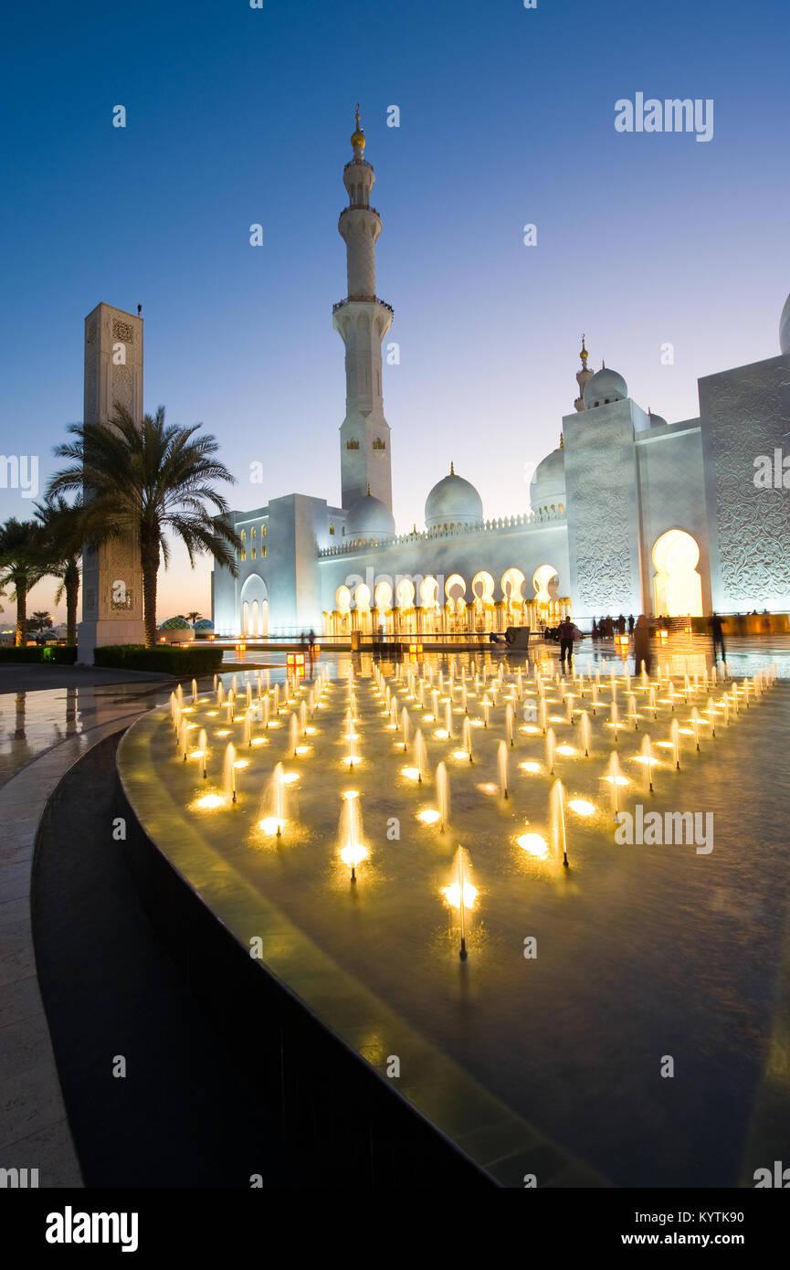 ABU DHABI, EMIRATOS ÁRABES UNIDOS - DEC 31, 2017: Exterior de la Mezquita Sheikh Zayed en Abu Dhabi en el crepúsculo. Imagen De Stock