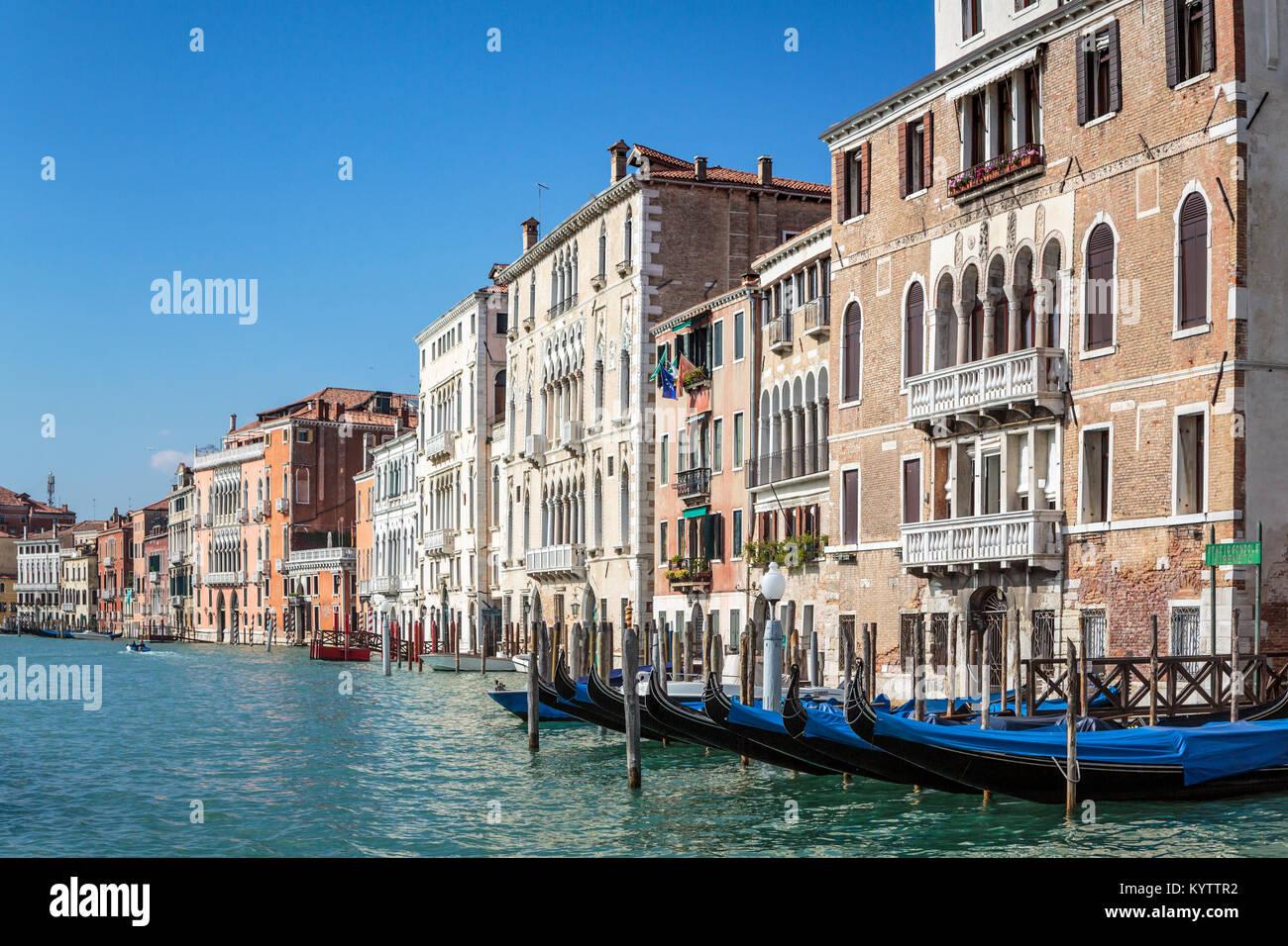 Los edificios y los barcos a lo largo del Grand Canal en el Veneto, Venecia, Italia, Europa Imagen De Stock