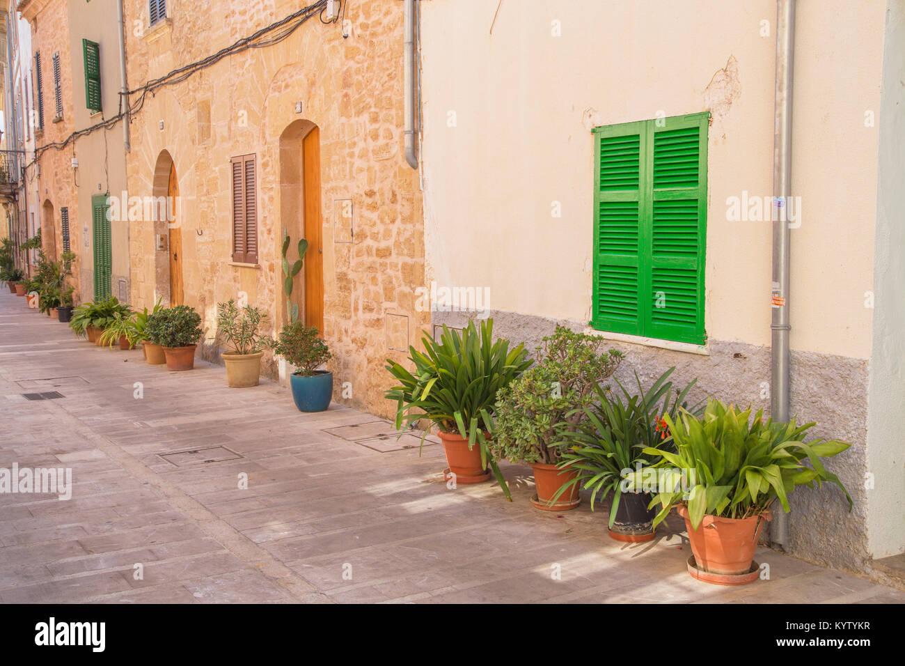Las calles de la ciudad antigua de Alcudia en Alcudia, Mallorca, Islas Baleares, España, Europa Imagen De Stock