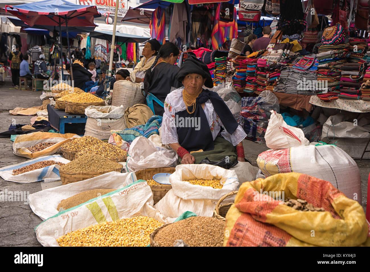 Otavalo, Ecuador - 13 de enero de 2018: quechua Mujer vendiendo productos de la tierra en el mercado del agricultor Imagen De Stock
