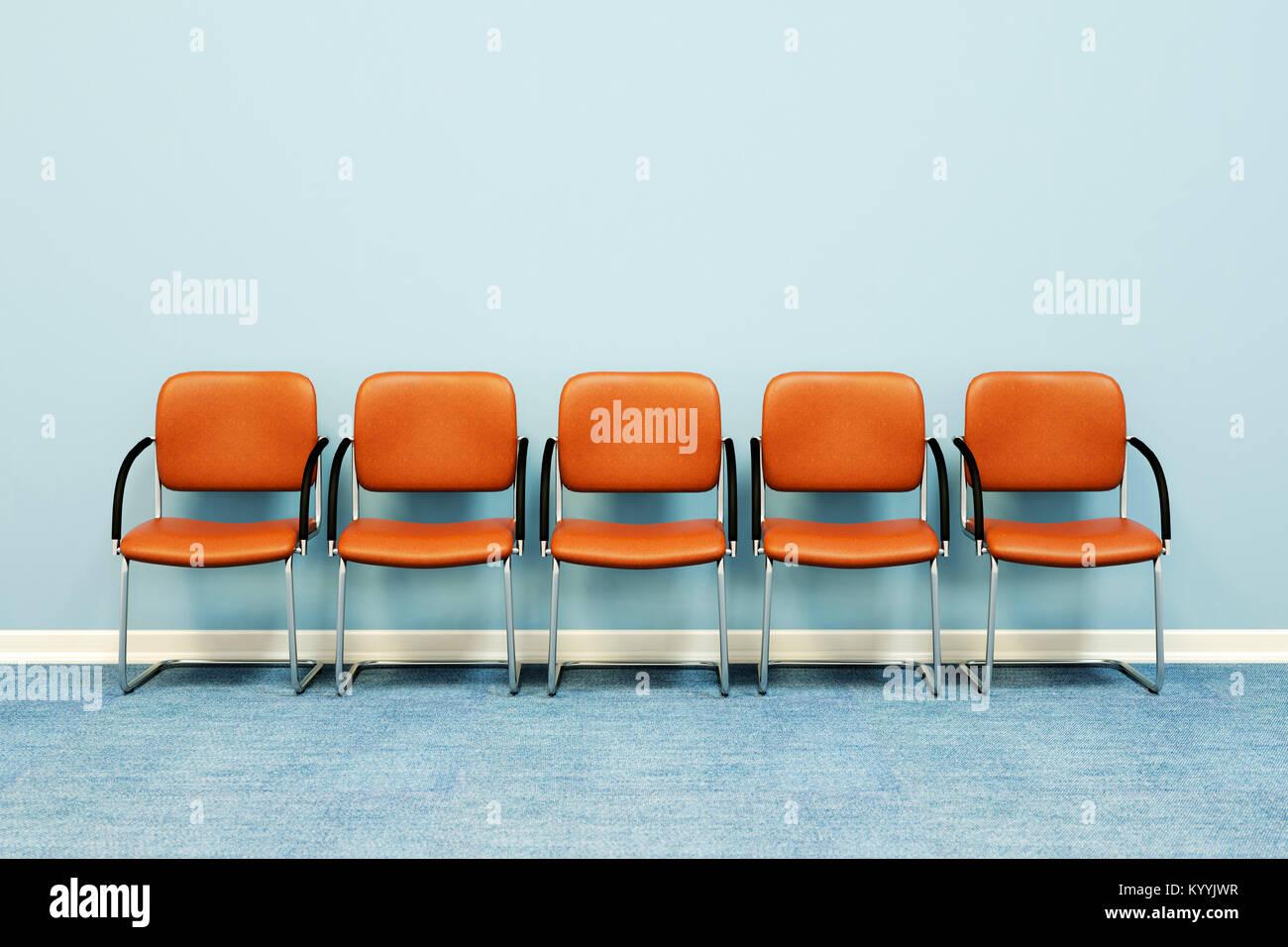 Cinco sillas de sala de espera en una fila contra una pared en una habitación vacía Imagen De Stock