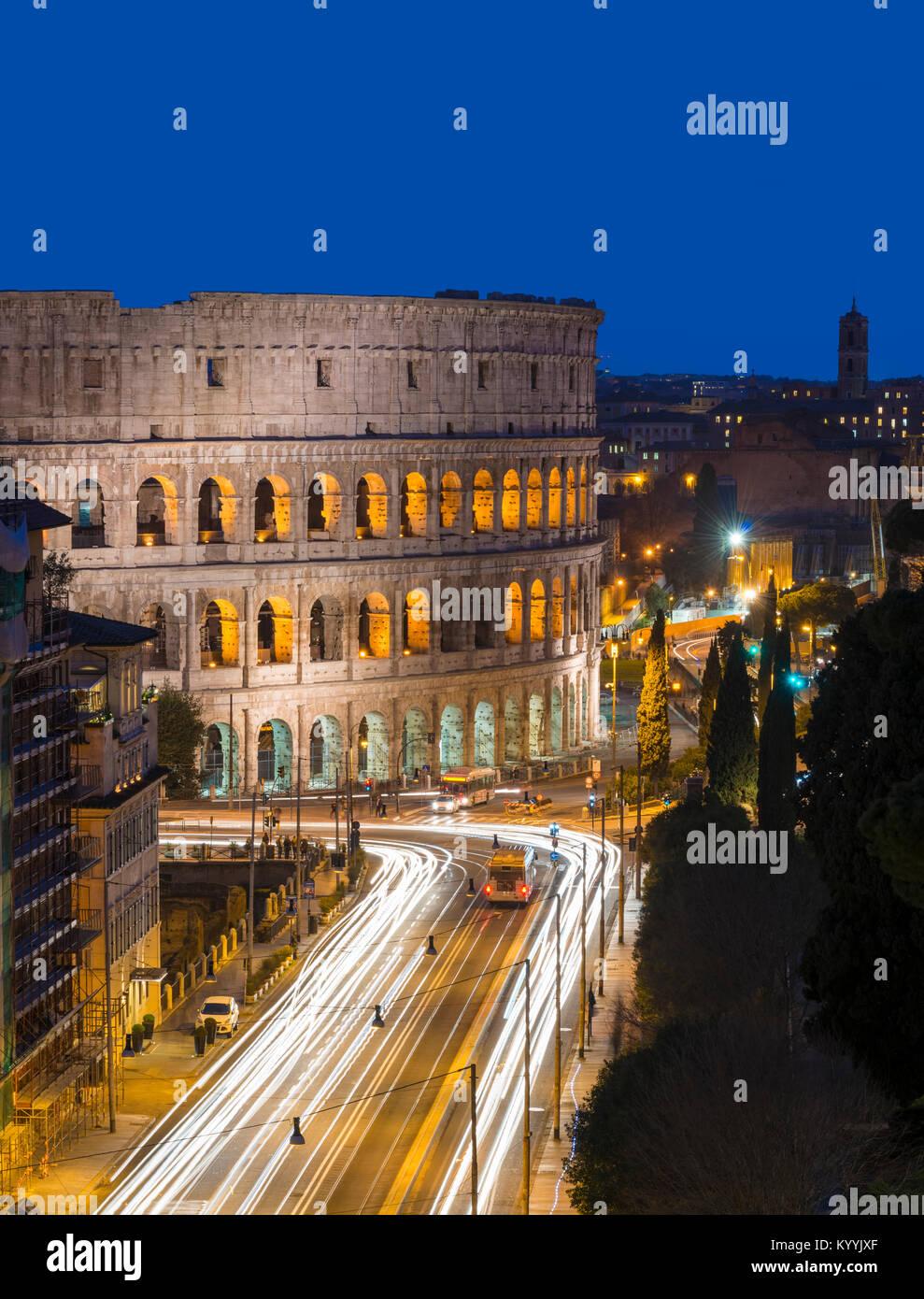 El Coliseo, Roma, Italia en la noche Imagen De Stock