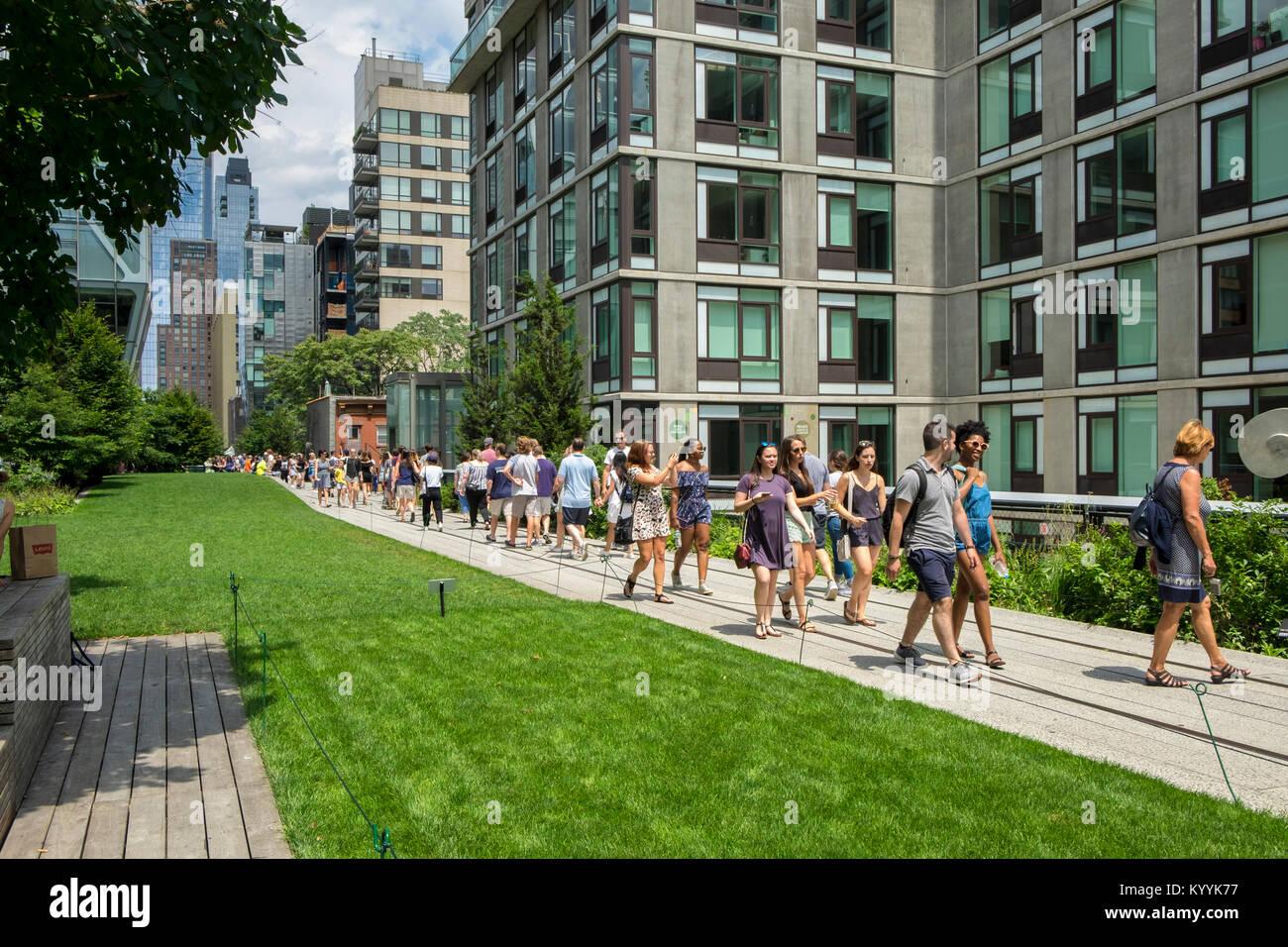 Línea alta de la ciudad de Nueva York highline, EE.UU., con la gente caminando sobre el puente de Manhattan Imagen De Stock