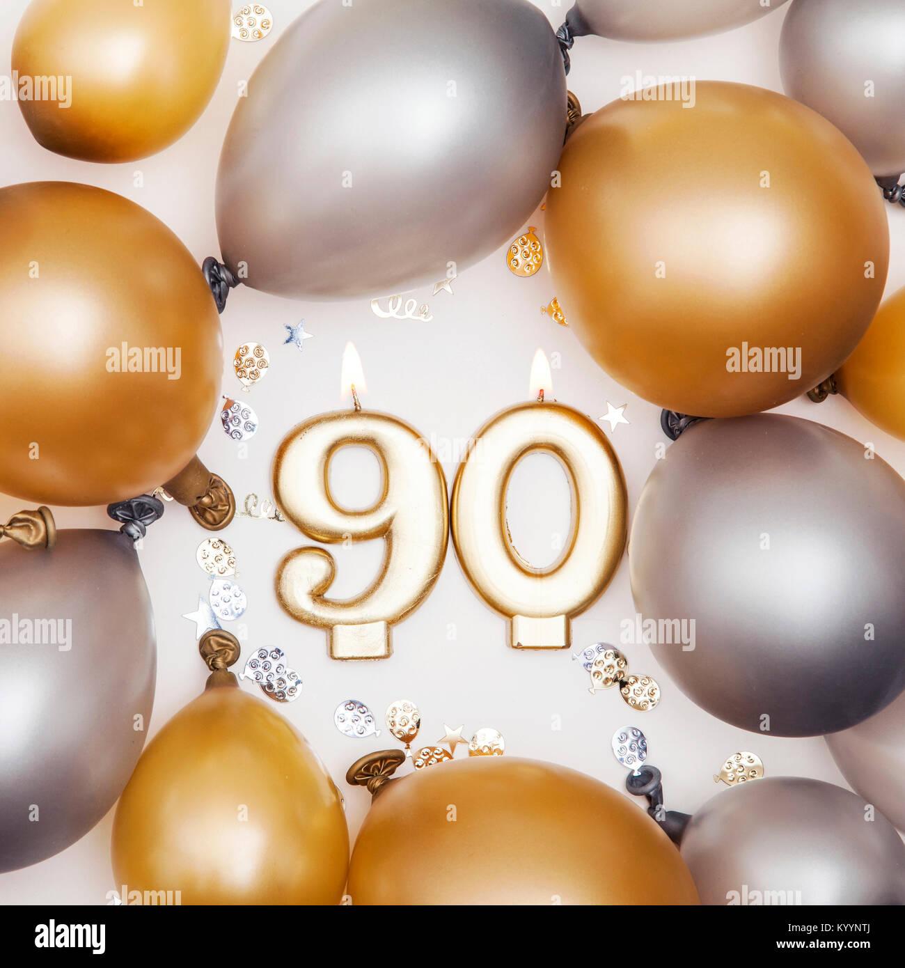 Celebración Del Cumpleaños Número 90 De La Vela Con Globos