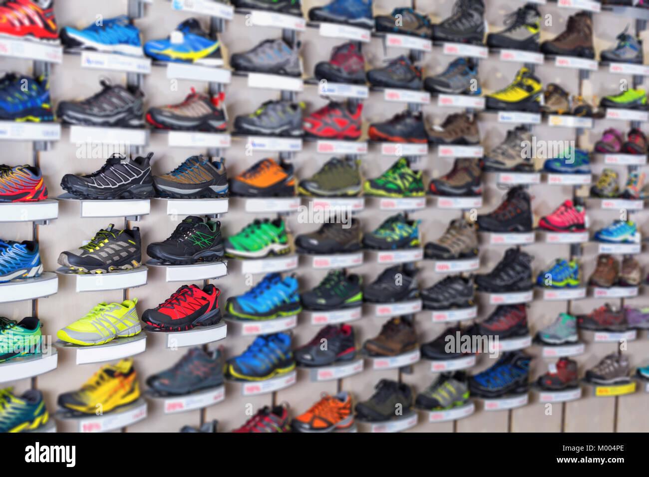 51e3c72681014 Imagen de calzado deportivo en el escaparate de la tienda de deportes