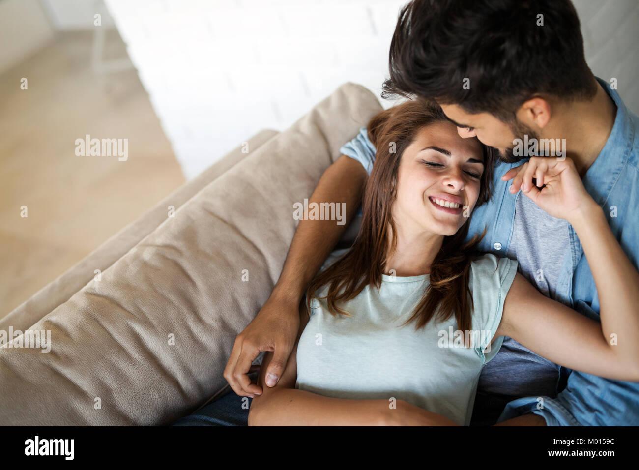 Bastante joven acostado en el regazo de su novio Imagen De Stock