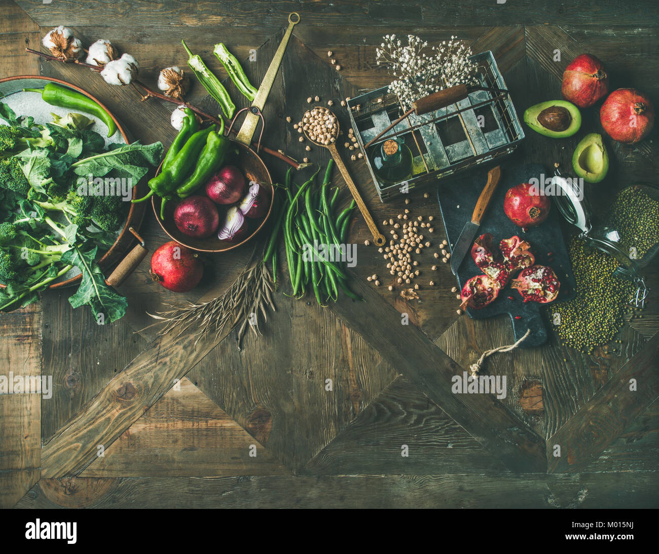 Flat-lay de invierno vegetariano o vegano ingredientes para cocinar alimentos Imagen De Stock