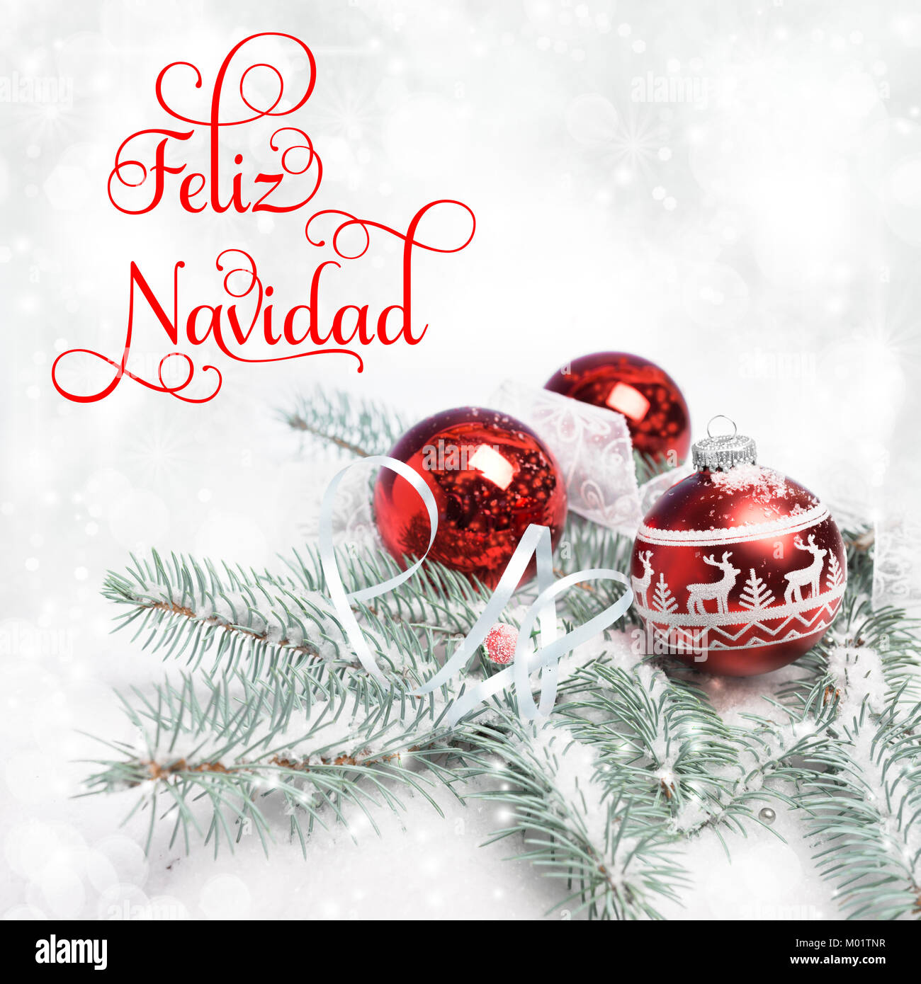 """Árbol de Navidad, decorado ramas sobre la nieve, el texto """"Feliz Navidad"""" o Feliz Navidad' en Imagen De Stock"""