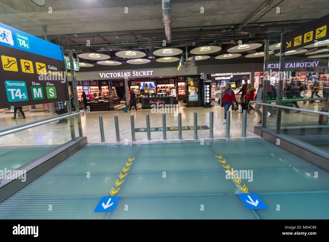 Adolfo Suárez Aeropuerto Madrid-Barajas terminales T4, diseñado por los arquitectos Antonio Lamela y Richard Imagen De Stock