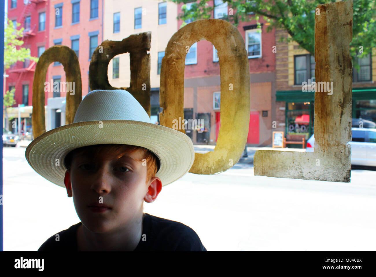 Pelo rojo niño usando stetson camino abierto sombrero de vaquero en lobo bar Brooklyn Nueva York Foto de stock