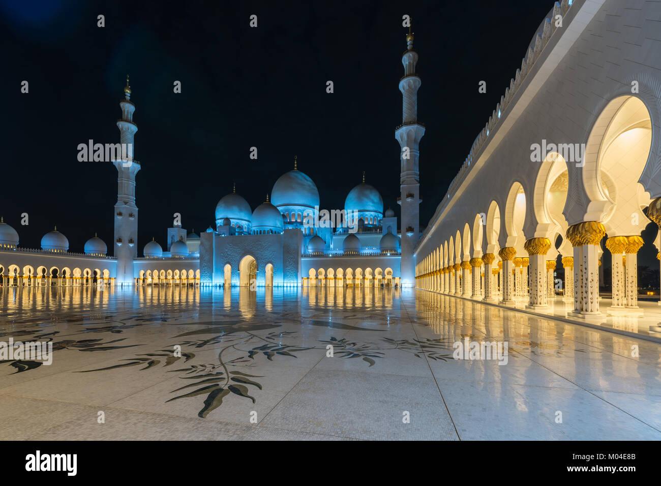 La arquitectura de la Gran Mezquita de Sheikh Zayed, en Abu Dhabi, Emiratos Árabes Unidos Foto de stock