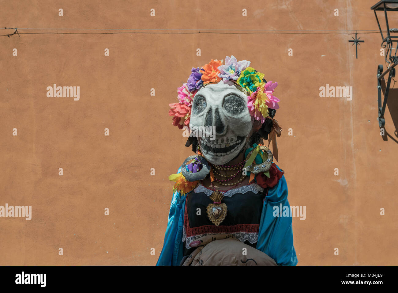 Colorido Día de Muertos Catrina traje, con una cabeza de gran tamaño, esqueleto máscara, y una gran Imagen De Stock
