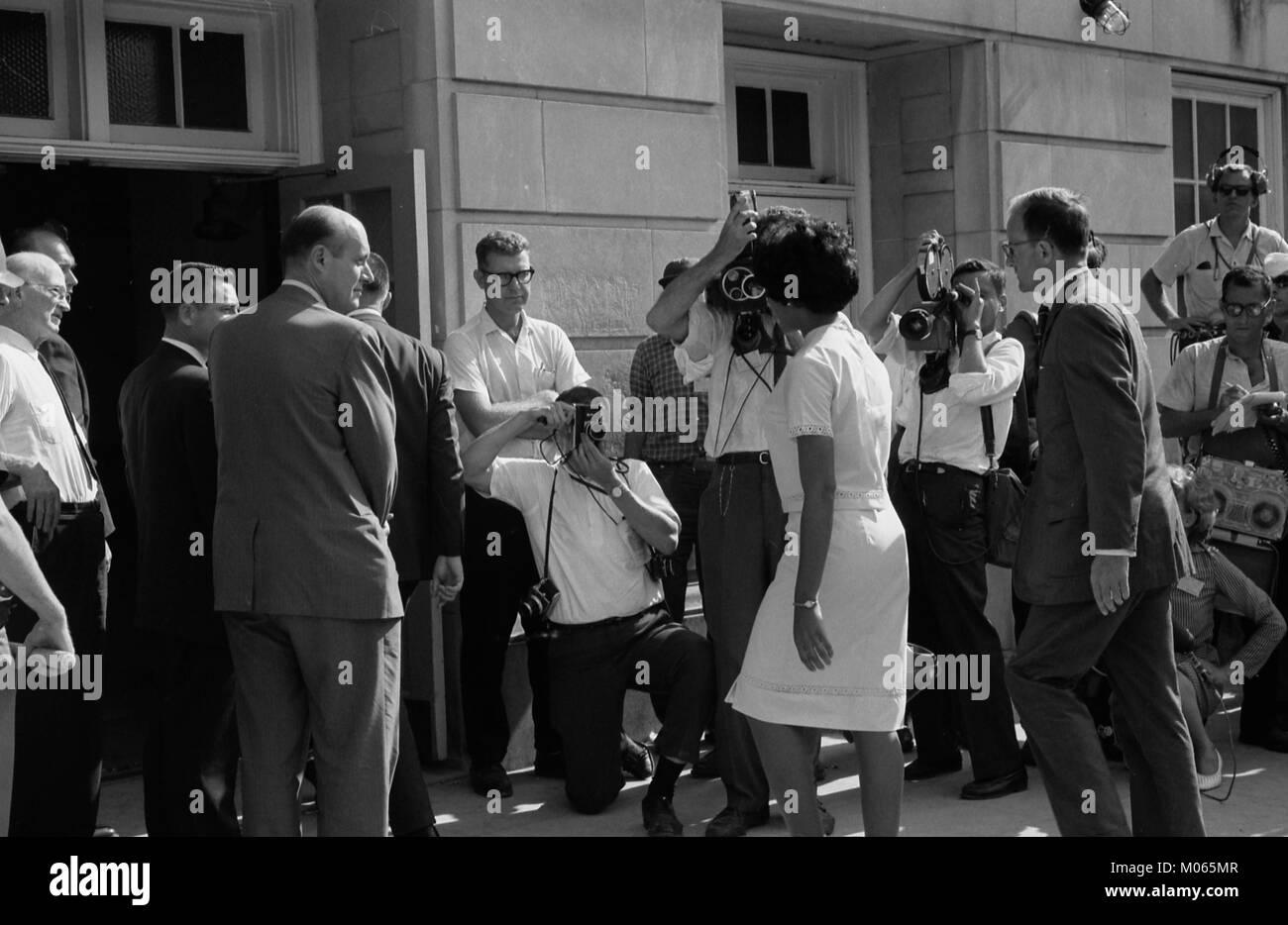 Vivian Malone entrando Foster Auditorium para registrarse para las clases en la Universidad de Alabama Imagen De Stock