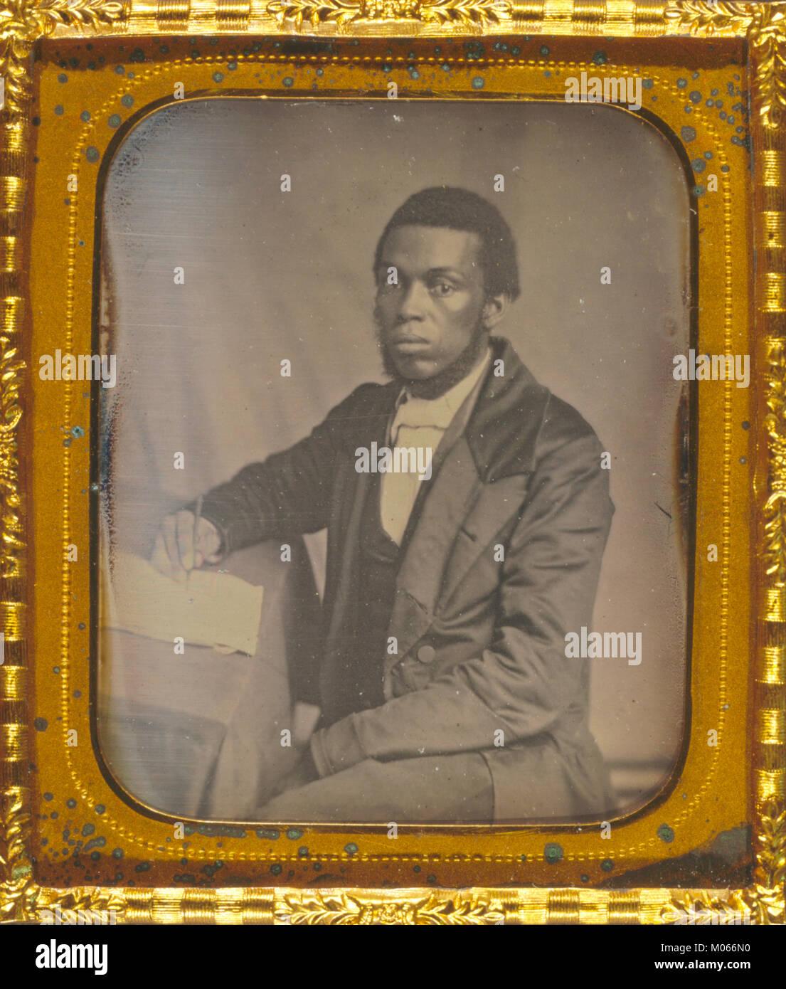 James Skivring Smith, de tres cuartos de longitud vertical, las tres cuartas partes ver, sentado en el escritorio Imagen De Stock