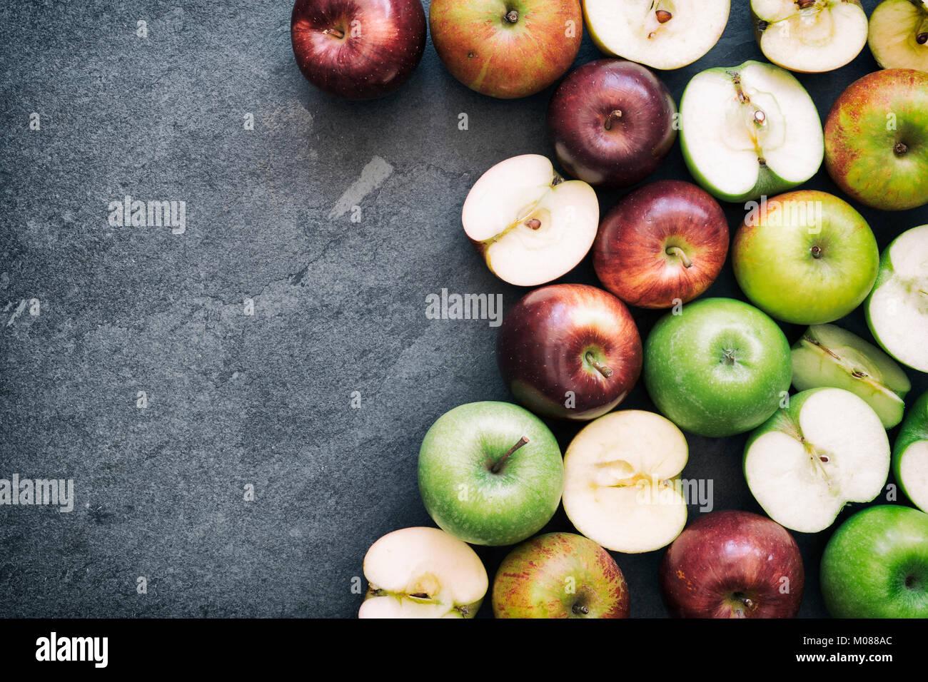 Las manzanas rojas y verdes sobre un fondo de pizarra Imagen De Stock