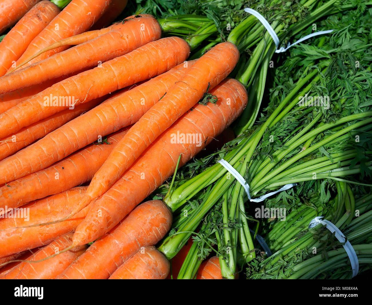 Calle del mercado alimentario. Paquetes de zanahorias anaranjadas en venta en un stand de frutas y verduras. Granja orgánica. Foto de stock