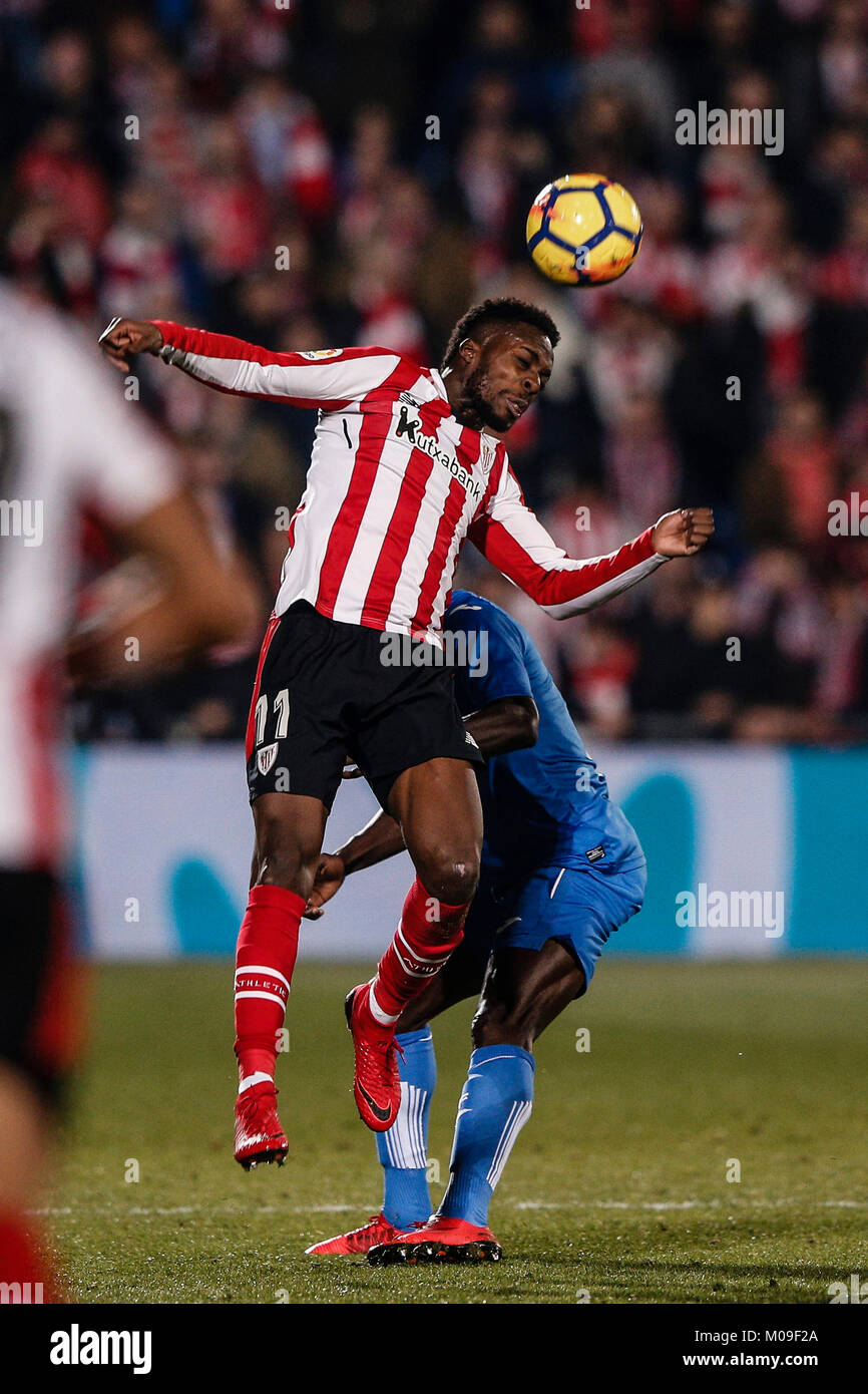 Djene (Getafe CF) pelea por el cabezal con Iñaki Williams (el Athletic Club b4ce660ce3fca