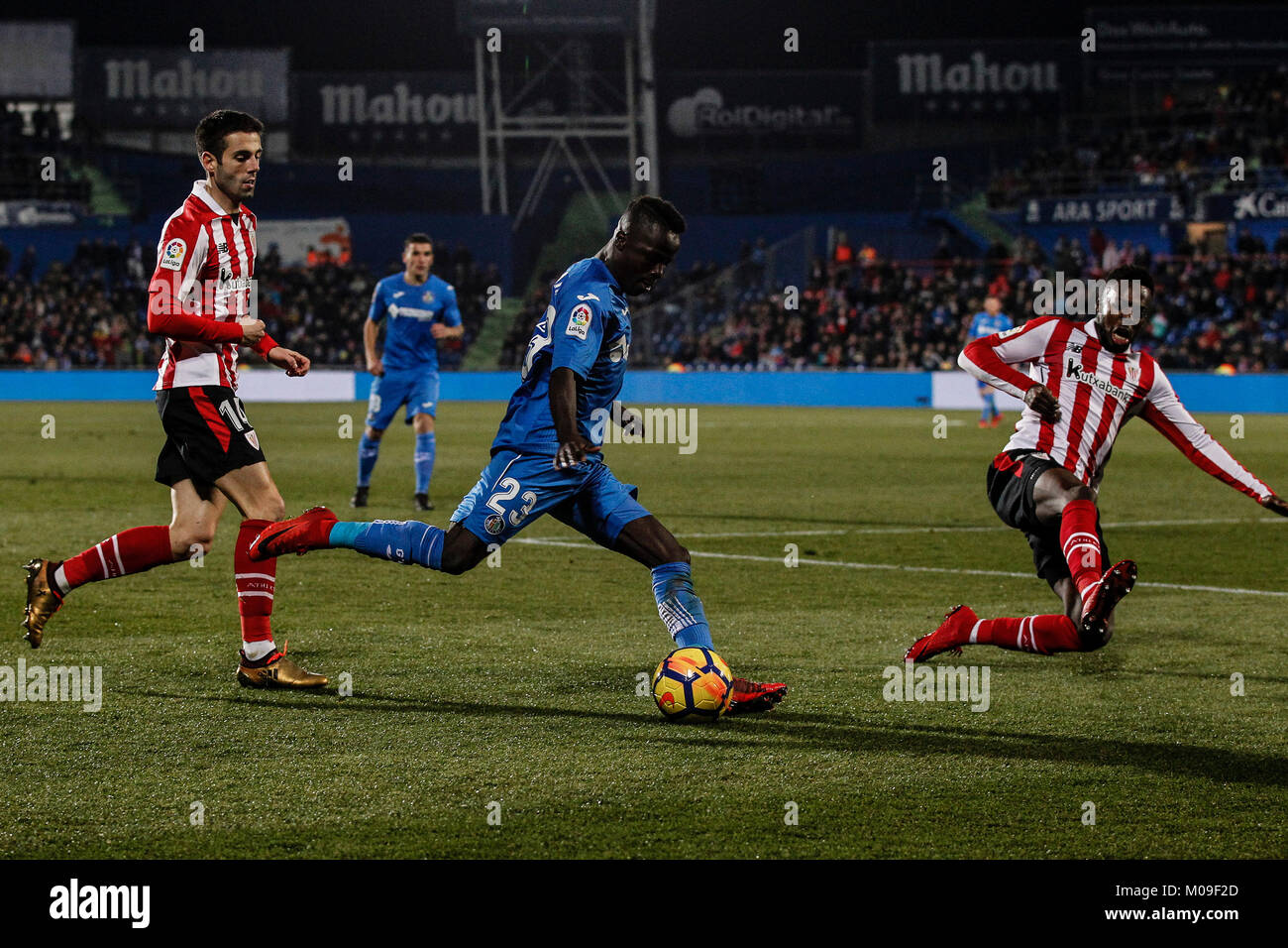 Amath Ndiaye (Getafe CF) impulsa la bola Iñaki Williams (el Athletic Club de 72a237f140375