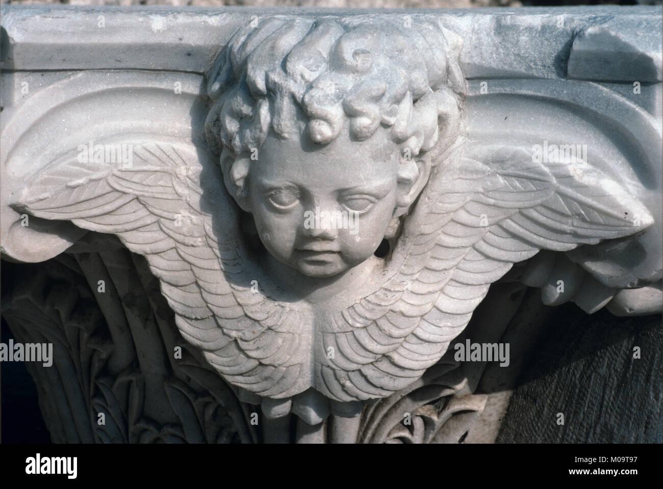 Querubín alado o Ángel de mármol clásico Capital detalle arquitectónico de la antigua ciudad griega de Kyssos clásica Foto de stock