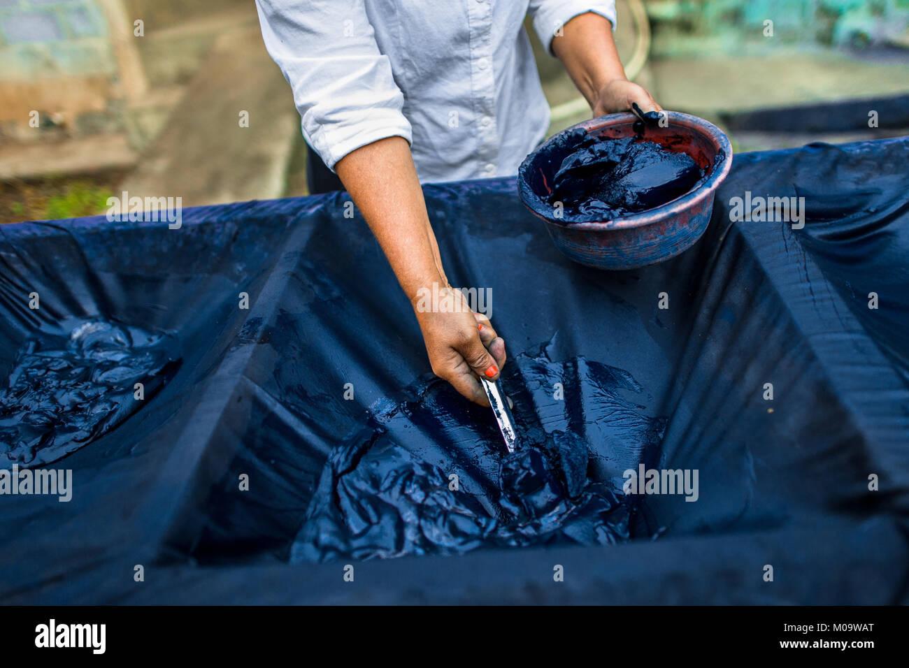 Un trabajador agrícola salvadoreña recoge indigo pegar procesada en la fabricación de semi-industrial Imagen De Stock