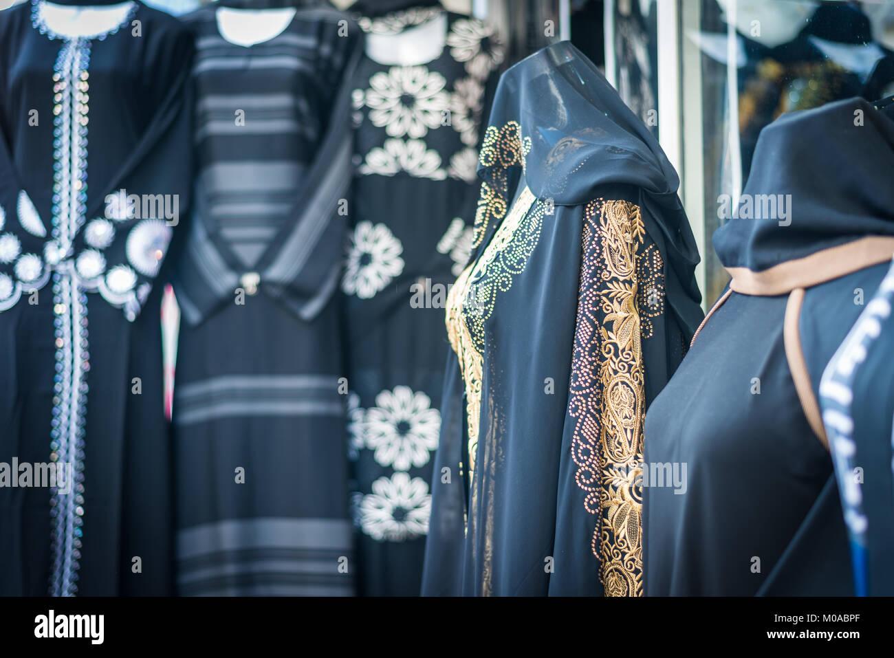 Vestido tradicional en una de las tiendas locales en Bur Dubai, EAU, Emiratos Arabes Unidos Foto de stock