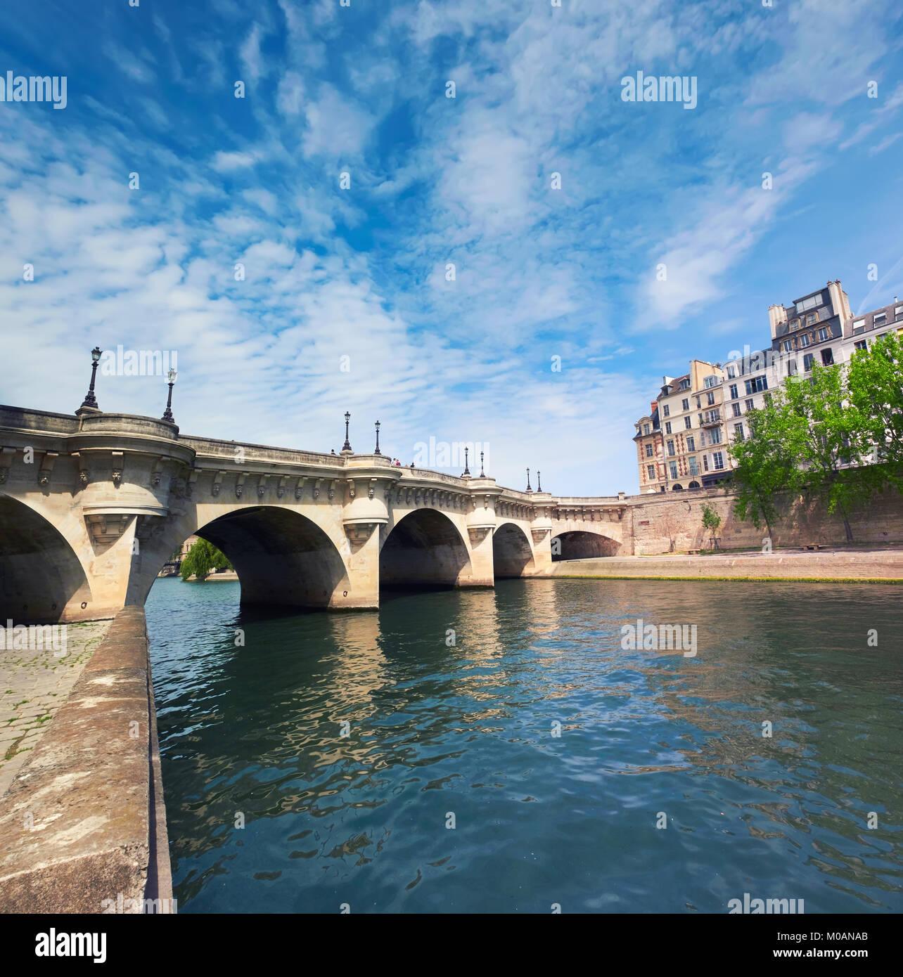 Pont Neuf, el puente sobre el río Sena en París, Francia, en un día soleado, imagen panorámica. Imagen De Stock