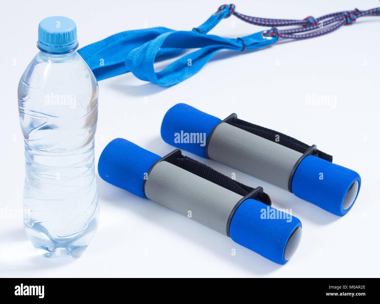 Botella de agua y equipo de ejercicio Imagen De Stock