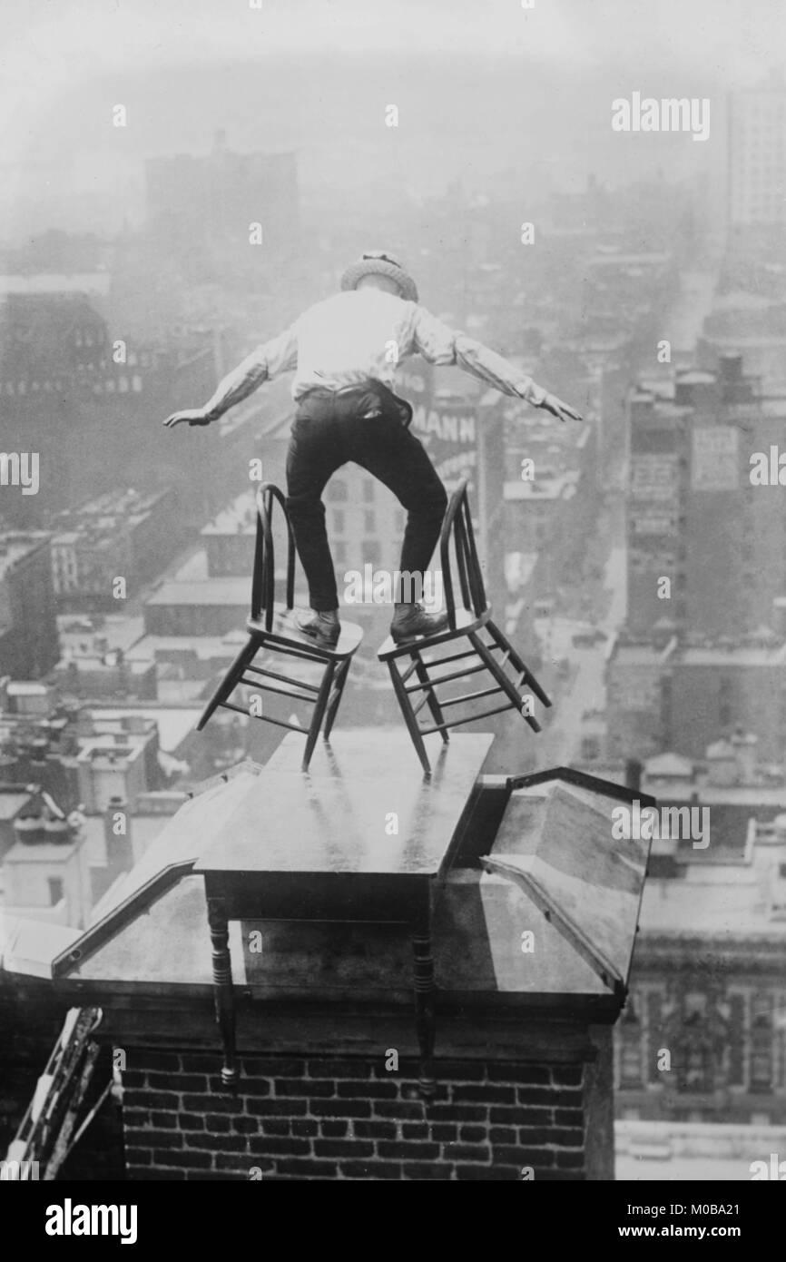 Reynolds realiza un acto de equilibrio en el techo en la Ciudad de Nueva York Imagen De Stock