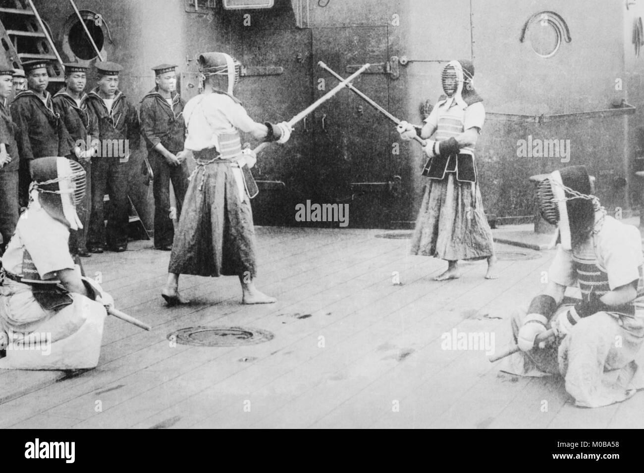 Los marineros de esgrima japonesa a bordo Imagen De Stock