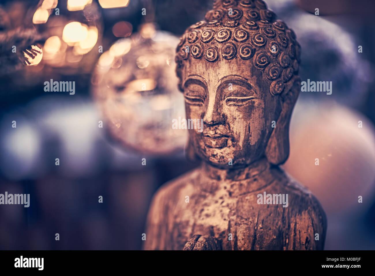 Estilo Vintage foto de la estatua de madera de Buda, Dios de religiones orientales, Imagen conceptual de la meditación, Imagen De Stock