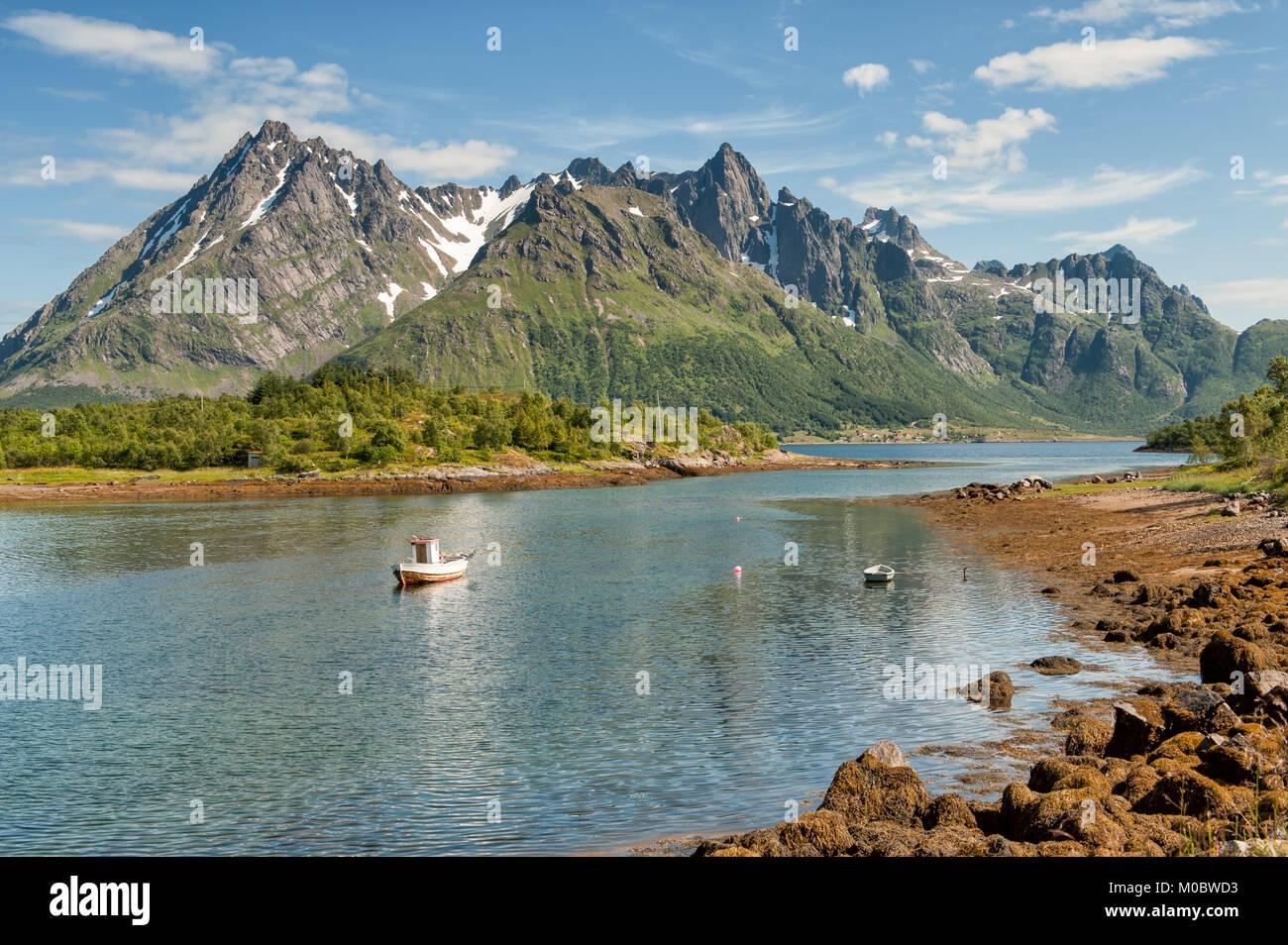 El paisaje de la costa durante el verano en las islas Lofoten, en el norte de Noruega. Lofoten es un destino turístico Foto de stock