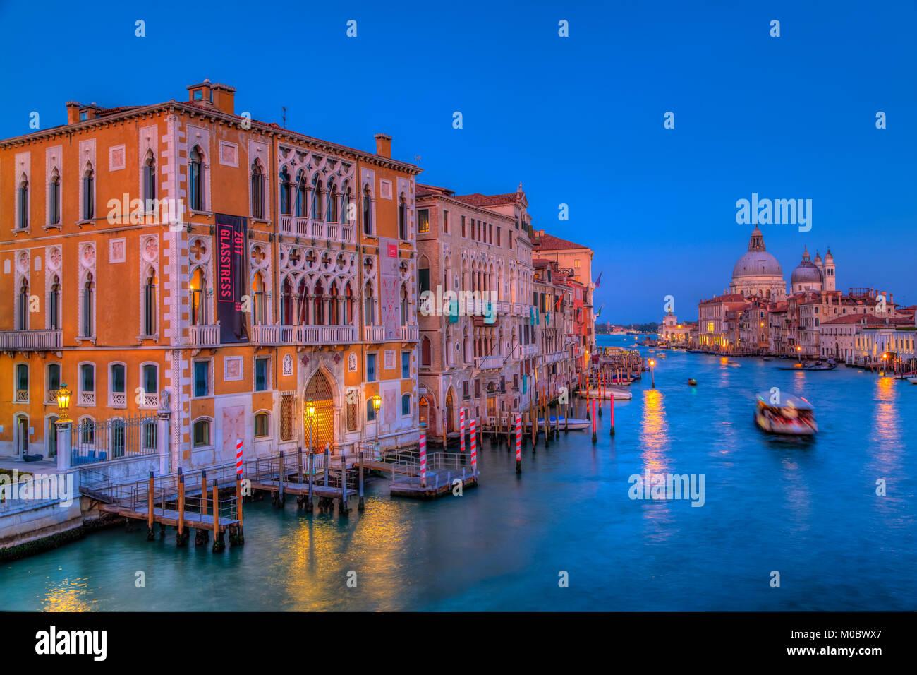 Una noche vistas del Gran Canal de Venecia, Véneto, Italia, Europa. Imagen De Stock