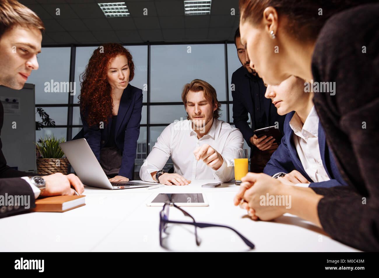 Negocios, tecnología y concepto de oficina - sonriendo boss hablando con equipo empresarial Imagen De Stock
