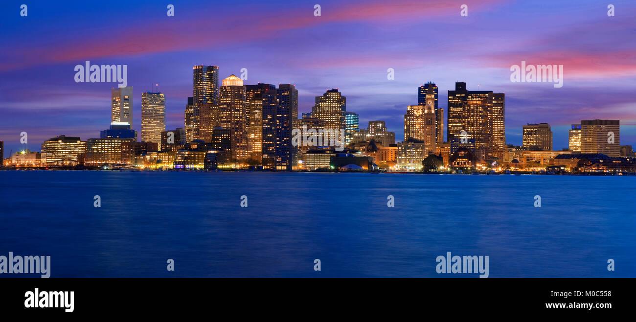 Horizonte de Boston al atardecer visto sobre el río Charles, Massachusetts, EE.UU. Imagen De Stock
