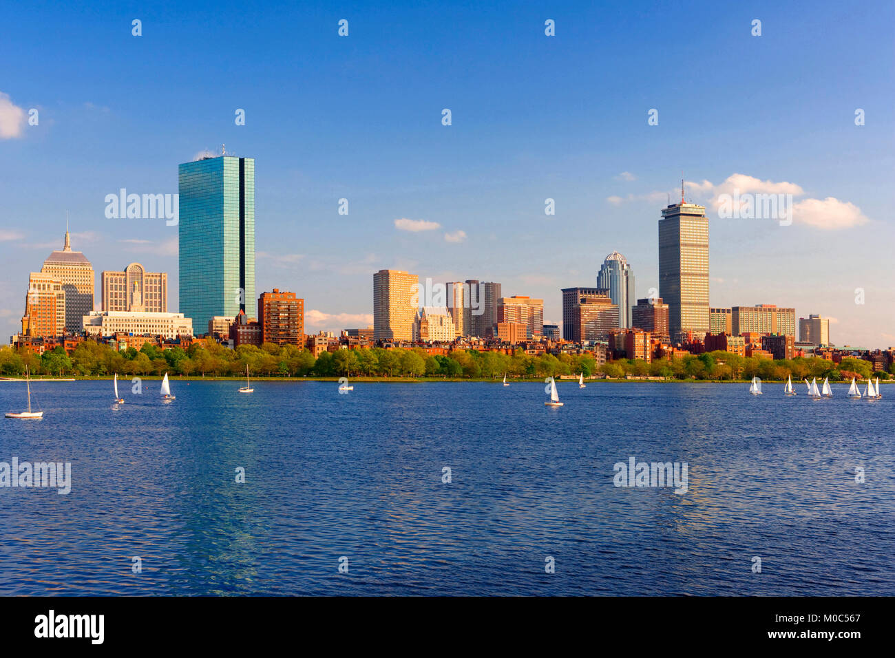 Horizonte de Boston visto sobre el río Charles, Massachusetts, EE.UU. Imagen De Stock