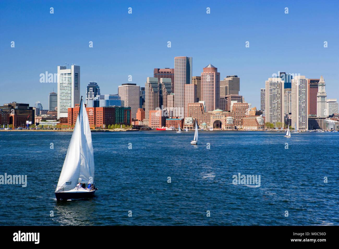 Navegando por el río Charles, en el fondo del horizonte de Boston, Massachusetts, EE.UU. Imagen De Stock