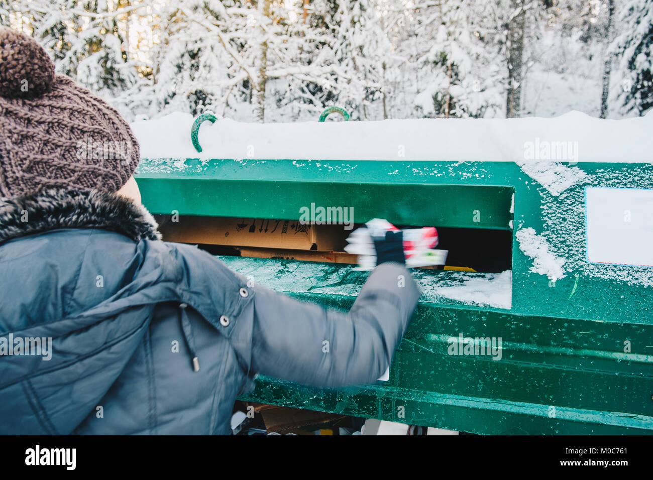 La mujer en la gestión de residuos Reciclaje depo Imagen De Stock