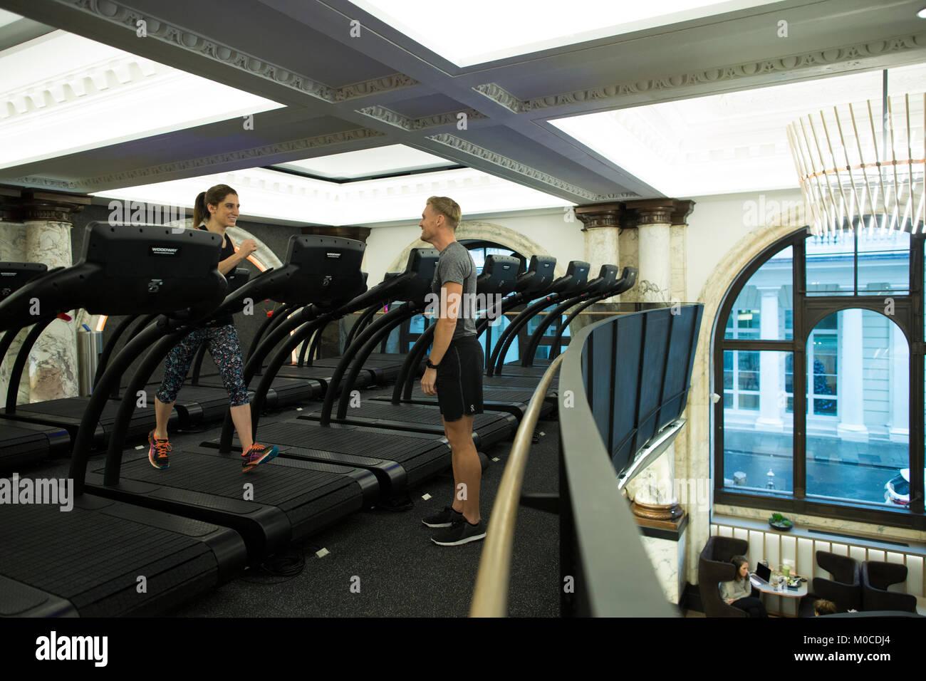 E por el equinoccio, de gama alta de lujo gimnasio, en el nº12 de St James's Street, Londres, Inglaterra, Imagen De Stock