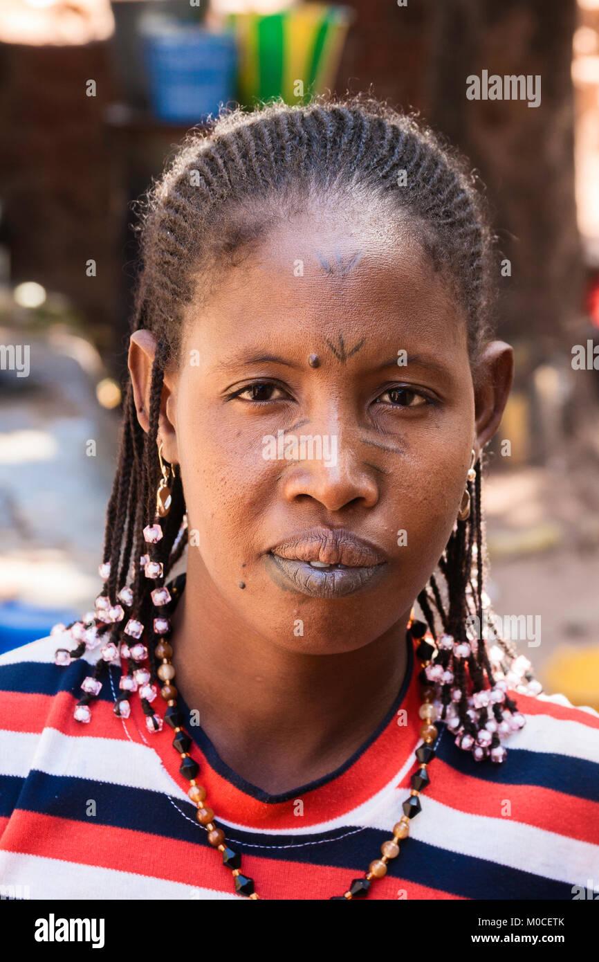 Retrato de una mujer africana tradicional con tatuajes en el rostro y los labios (del grupo étnico fulani), Imagen De Stock