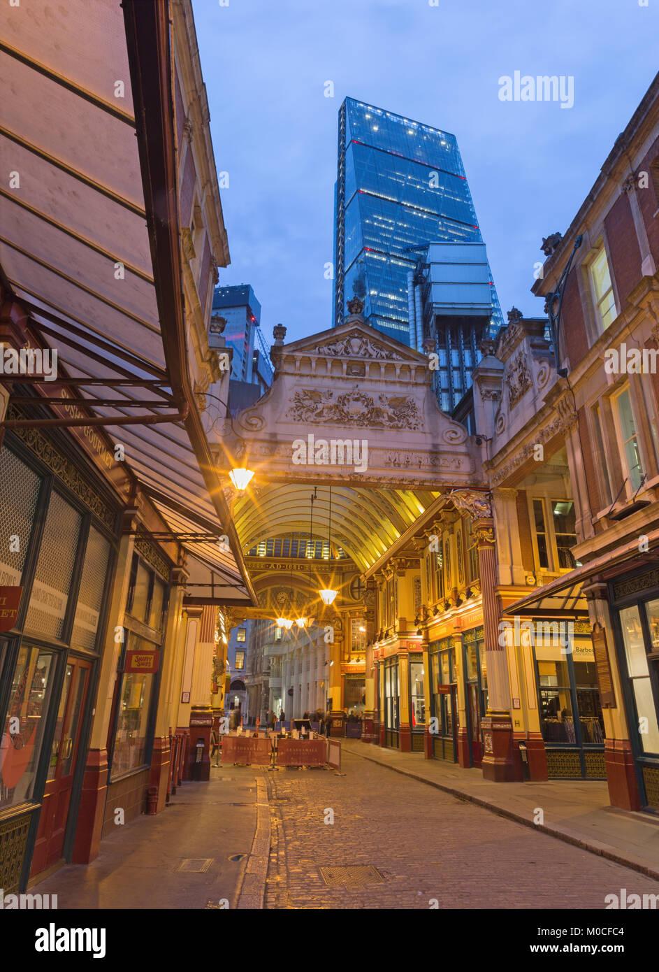 Londres, Gran Bretaña - Septiembre 18, 2017: El mercado Leadenhall y torre Leadenhall al anochecer. Imagen De Stock