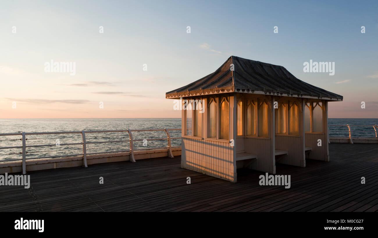 Asientos protegidos en Cromer Pier, Norfolk, UK Imagen De Stock