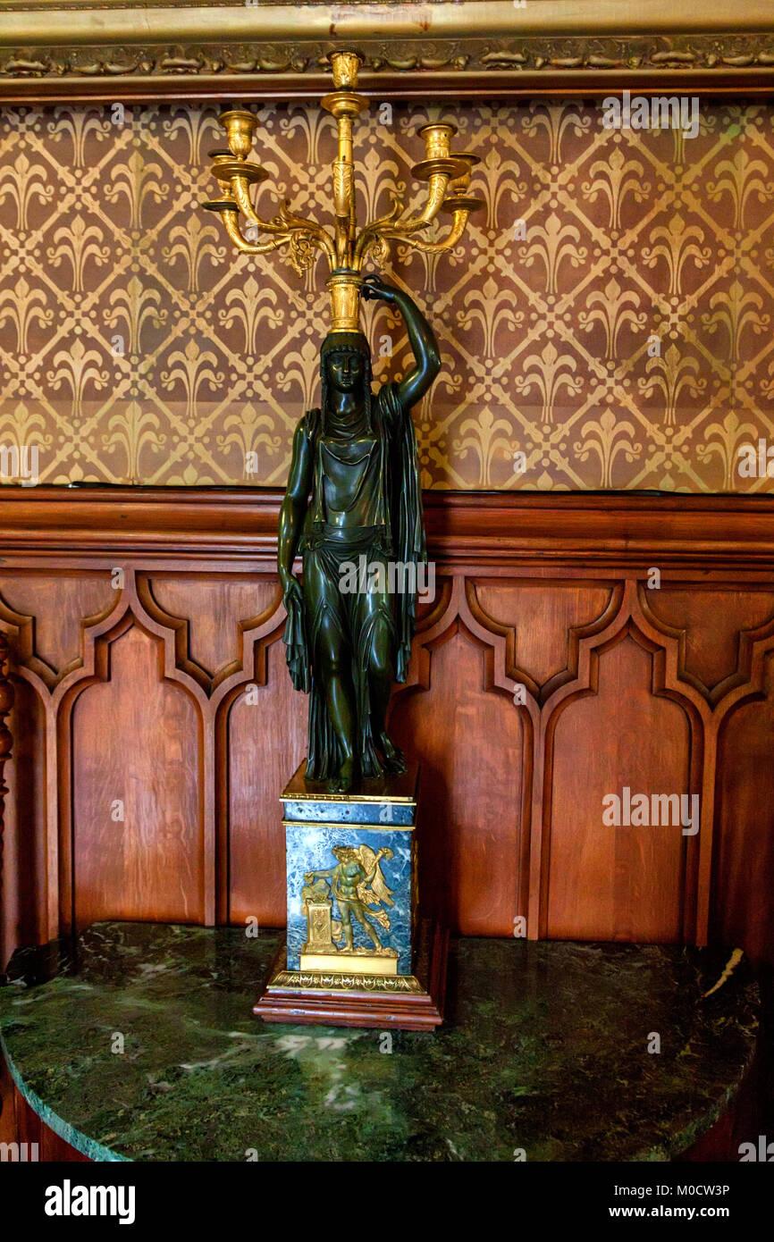 ALUPKA, Rusia - Marzo 21, 2013: Bronce candle stand con antique figurilla Vorontsov Plalace, Crimea Foto de stock